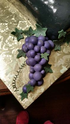 Fondant grapes and leaves