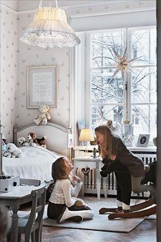 Rebecca, 8 år, har allt en flicka kan önska sig i sitt rum. Säng, bord och stolar är från Carin & C... SKÖNA HEM