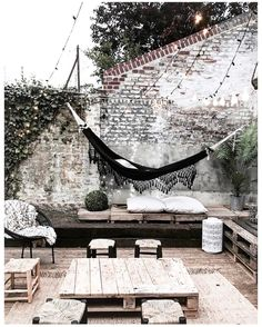 6,413 vind-ik-leuks, 88 reacties - J U S T I N E (@noeudsjustine) op Instagram: 'Cosy place ☁️☀️manque les banquettes #noeudsjustinehome' Rustic Outdoor, Outdoor Lounge, Outdoor Spaces, Outdoor Living, Outdoor Hammock, Outdoor Decor, Hammock Balcony, Terrace Ideas, Back Gardens