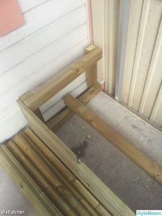 Jag byggde en hörnsoffa på balkongen av impregnerat virke (22*95mm) och planhyvlad impregnerad regel  (45*70) och rosfri trallskruv.  Började med att såga ut reglarna (40*60 cm) sedan var det dax att skruva ihop dem, sedan kapa ut virket i rätt längd och skruva ihop. . Soffan i sin helhet. . . re...