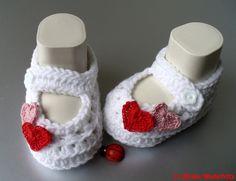 Die Babyschühchen sind aus sehr schöner und pflegeleichter Wolle gehäkelt.     Die Sohlenlänge beträgt ca. 10 cm (ist aber noch dehnbar).    Die Sp...