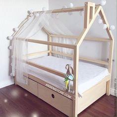 Купить или заказать Детская кровать домик Эйвинд. Кроватка ручной работы в интернет магазине на Ярмарке Мастеров. С доставкой по России и СНГ. Материалы: массив сосны, массив дерева, сосна. Размер: 170х90х160 см - внешние размеры<br /> …