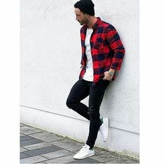Looks Masculinos com Adidas Stan Smith, pra inspirar! - Boda Tutorial and Ideas Red Flannel Outfit, Black Shirt Outfit Men, Checked Shirt Outfit, Red And Black Shirt, Plaid Shirt Outfits, Casual Outfits, Joggers Outfit, Casual Shoes, Mens Joggers