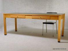Esstisch / Schreibtisch von Ferdinand Kramer. Design von 1925, hergestellt in den 60er Jahren als Erstausstattung für die Goethe Universität Frankfurt.