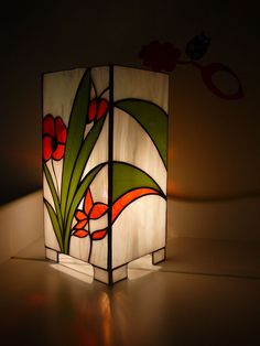 Afficher l'image d'origine Stained Glass Lamp Shades, Stained Glass Light, Stained Glass Flowers, Stained Glass Designs, Stained Glass Projects, Stained Glass Patterns, Glass Painting Designs, Tiffany Glass, Mosaic Glass