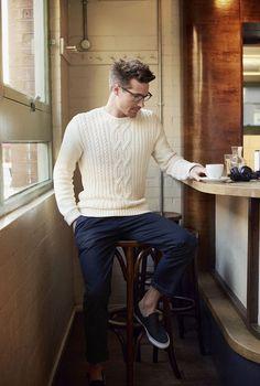 Um suéter masculino clássico branco com um visual mais tradicional