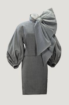Christian DiorHaute Couturepar Gianfranco Ferre,automne-hiver 1989-1990. Tailleur de drap de laine pied-de-poule, garni d'un noeud d'organza