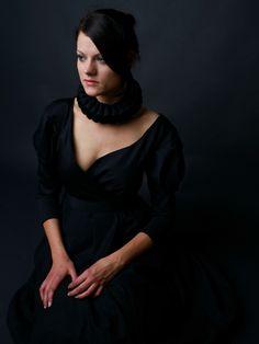 Elegante, kleine, schwarze Halskrause, reduziert aufs Wesentliche.     Mit zwei Druckknöpfen zu schließen.      Foto mit Modell von:  Silke Blasche...