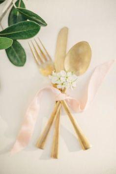Inspirations pour un mariage doré | Détails Couverts dorés | La Mariée Sous Les Etoiles | © Kate Grewal Photograph