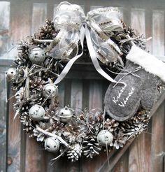 Za oknem mráz Zimní věneček, průměr 29 cm. Christmas Door Wreaths, Christmas Decorations, Holiday Decor, Color Plata, Silver, Home Decor, Christmas Door, Colors, Decoration Home