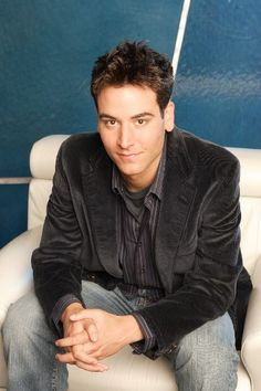 Josh Radnor (Ted Mosby)love this dark grey velvet jacket nad jeans too! Ted Mosby, My Future Boyfriend, To My Future Husband, Ted Himym, Hollywood Actresses, Actors & Actresses, Tv Actors, Marshall And Lily, Man Candy Monday