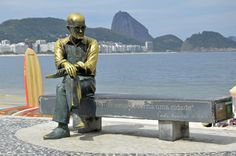 A estátua de Carlos Drummond de Andrade preserva a memória de um dos maiores poetas brasileiros do século XX. Está fincada no famoso calçadão de pedras portuguesas da orla de Copacabana, no Rio de Janeiro.