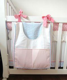 Duo de bolsões porta fraldas para facilitar o dia a dia das mamães.  O bolsão com abertura frontal permite o acesso às fraldas com apenas uma das mãos.  Feitos sob encomenda, com as cores e temas escolhidos para combinar com o restante da decoração.