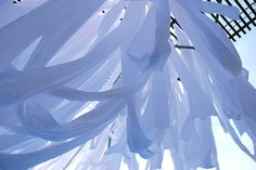 風になびく布 風によって姿を変える布はその時にしかない景色を生み出す