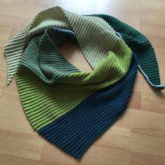 Et stk færdig #vinkelsjal i grønne sjæleberoligende farver #tilminelskedemosse #rasmillasyndlingsgarn #hækling #crochet