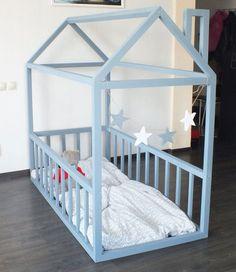 fabriquer-lit-cabane-bois-repeint-bleu-ciel-idees-diy
