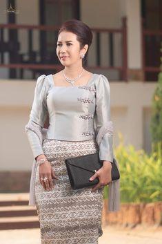 Dress Design Patterns, Traditional Dresses Designs, Myanmar Dress Design, Myanmar Traditional Dress, Sunday Dress, Thai Dress, Beautiful Asian Girls, Madagascar, Dress Ideas