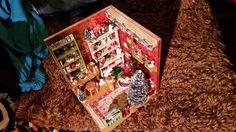 Bovenaanzicht van de kerstkamer met verlichtingsbalk en plankje met beertjes