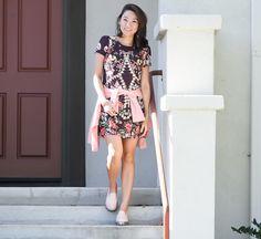 Look da Vivi Kim com vestido estampado e blazer rosa amarrado na cintura, completando com a Melissa Panapana.