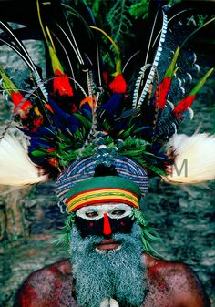Bearded tribesman wearing war paints and feathered headdress during a gathering of tribes at Mount Hagen in Papua New Guinea - Photo by Tim Graham People Around The World, Around The Worlds, Tribal Face Paints, Arte Plumaria, Papua Nova Guiné, Aboriginal Painting, Atelier D Art, Art Premier, Tribal People