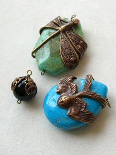 """Create unique pendants by wrapping large Vintaj components around a focal stone piece Een """"oude"""" hanger met oog om je object (bv steen) en klaar Wire Wrapped Jewelry, Wire Jewelry, Pendant Jewelry, Jewelry Crafts, Beaded Jewelry, Jewelery, Jewelry Necklaces, Handmade Jewelry, Jewelry Accessories"""