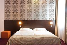 Nos 50 chambres ont une architecture moderne et classique a la fois ainsi respectent notre monde rapide et élégant.  L'hotel est completement accessible pour les personnes a mobilité réduite, de plus nous disposons de deux chambres spécialement equipées et concues pour notre clientele invalide. http://fr.caratboutiquehotel.hu/