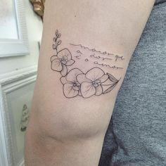"""No e-mail com a descrição da sua ideia, a Hellen escreveu assim: . """"Minha tatuagem é em homenagem a minha avó - que se foi em junho de 2015, """"no auge dos meus 22 anos"""", quando tudo que eu mais queria era que ela ficasse comigo pra acompanhar minha graduação - que veio 361 dias após seu falecimento. (...) Percebi, em todos esses meses, que minha avó faz falta em absolutamente tudo.  A frase que marcou todos esses dias desde que ela não está aqui é """"maior que a dor é o amor"""". Foi e é meu…"""