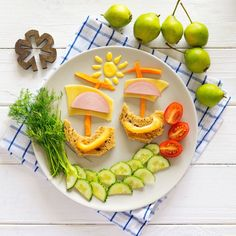 Проверенный рецепт того, как заставить младших членов семьи (школьников часто можно назвать «малоежками») скушать что-нибудь полезное – это соорудить из еды разнообразные фигурки.  Если добавить к вареной колбаске помидоры черри, сладкий перец, огурец, свежую зелень, морковь, сыр и груши и не полениться соорудить подобный креативный «пейзаж», то ваше чадо больше не будет чахнуть над тарелкой, а будет уплетать за обе щеки!) #ВкуснееСВелком
