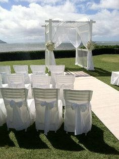 A lawn wedding with a view. Take me to Hawaii to get married!