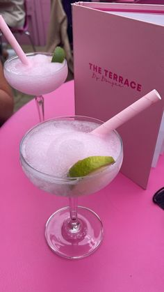 Fancy Drinks, Summer Drinks, Aesthetic Food, Pink Aesthetic, Aesthetic Clothes, Maquillage Kendall Jenner, Alcoholic Drinks, Cocktails, Baby Shower Drinks