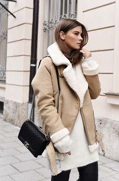 Nina Schwichtenberg trägt zu ihrem Herbstlook die Chanel Boy Bag. Mehr auf www.fashiioncarpet.com