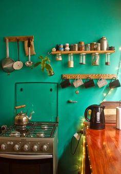 + de couleurs pour la cuisine ? A noter aussi : joile bouilloire et accroche-tasse pour un thé à toute heure, couvercles vissés