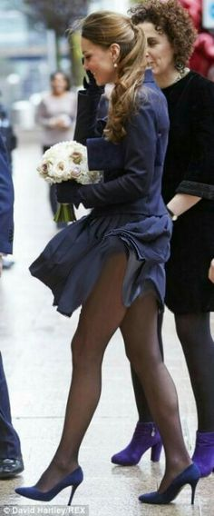 The children's duel between the British royal family and the Kardashians was replaced by the duel scandals. Get updated with Kate Middleton news and latest articles including celebrities, fashion, hot trends and much more! Vestido Kate Middleton, Kate Middleton Legs, Kate Middleton Photos, Prince William And Catherine, William Kate, Windy Skirts, Short Skirts, Kate Middleton Embarazada, Pantyhosed Legs