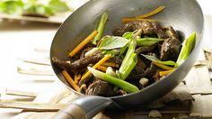 Gesund und schnell gemacht: Rindfleisch-Shiitake-Wok mit Möhren und Thai-Basilikum | http://eatsmarter.de/rezepte/rindfleisch-shiitake-wok