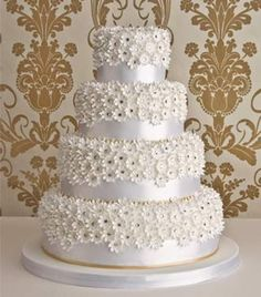 white-daisy-wedding-cake