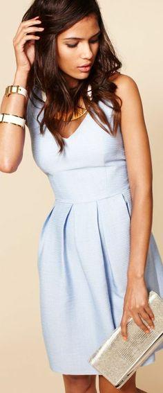 une jolie robe d'été de couleur violet, brunette, femme moderne