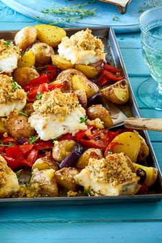 Im Ofen gelingt der Fisch mit Kruste besonders knusprig – und die Beilagen sind … In the oven, the fish with crust is particularly crispy – and the side dishes are on the plate directly from the game!