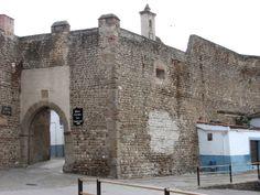 La Puerta de La Villa, llena de  vida con sus casitas adosadas a la muralla que en el caso de Galisteo no la afean tanto como en otros lugares como Plasencia.