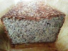 Boekweit-amandel-zadenbrood     Inmiddels heb ik de derde variant van mijn broodrecept gemaakt. Ik wil graag afwisselen zodat er ook variatie zit in de vetzuren, mineralen en andere prachtige voedingsstoffen. En net als bij het brood van de bakker, laat dit brood je huis heerlijk ruiken en smaakt een warm sneetje van het versgebakken brood wel echt het allerlekkerst :).    Glutenvrij - granenvrij- Broodbuik - suikervrij