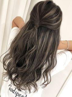 【2019年冬】結んでも可愛い♪外国人風ハイライトカラー×グレージュ/THREE【スリー】のヘアスタイル|BIGLOBEヘアスタイル Front Hair Styles, Curly Hair Styles, Hair Color Highlights, Brunette Hair, Green Hair, Balayage Hair, Look Cool, Dark Hair, Hair Looks