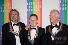 米首都ワシントン(Washington, DC)のジョン・F・ケネディ・センター(John F. Kennedy Center)で、ケネディ・センター名誉賞を授与された英ロックバンド、レッド・ツェッペリン(Led Zeppelin)のメンバーら。(左から)ロバート・プラント(Robert Plant)、ジョン・ポール・ジョーンズ(John Paul Jones)、ジミー・ペイジ(Jimmy Page、2012年12月2日撮影、資料写真FILE)。(c)AFP/Drew ANGERER ▼30Jul2014AFP|ツェッペリンの「天国への階段」、別バージョン発表へ  http://www.afpbb.com/articles/-/3021815 #John_F_Kennedy_Center #Led_Zeppelin