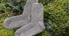 Kaksi paria sukkia Perunalaariin. Edelleen jatketaan miesten sukilla. Viisi paria tehty.      Molemmat on neulottu Nalle langasta. Blogista ...