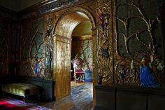 Die Wandverkleidung mit den Märchenszenen stammt aus einem venezianischen Privattheater aus dem 17 . Jahrhundert.