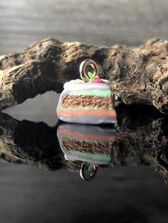 Der Charm Anhänger  ist das perfekte Geschenk.Egal ob für sich selbst oder seine Lieben als Geburtstagsgeschenk oder einfach nur so.Der Octopus  wurde aus Polymer Clay gefertigt, ist 1,5 cm lang und ein handgemachtes Unikat. Der Charm kann entweder als Halskette oder als Charm am Armband getragen werden