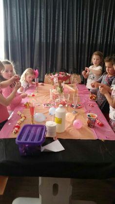 Kinderfeestje meisjes. tule rokjes, make up, nageltjes lakken, roze cake versieren, jellybeans armbandjes, roze snoepjesketting, fotolijstjes versieren, modeshow, fotoshoots