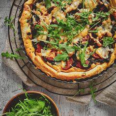 Spragniona zieleni za oknem, wprowadzam trochę zieleni do kuchni🌱 Tarta z ciasta francuskiego ze szpinakiem kozim serem i Chorizo👌🏼 . . . #fooddiarypl #fooddiares #niedzielnyobiad #blogkulinarny #blogerkakulinarna #fotografiakulinarna #tarta #tartazciastafrancuskiego #ciastofrancuskie #tartazeszpinakiem #kielbasachorizo #chorizo #koziser #serkozi #tartas #polishfoodblogger #takaniedziela Chorizo, Vegetable Pizza, Vegetables, Food, Pies, Veggie Food, Vegetable Recipes, Meals, Vegetarian Pizza