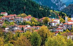 Πανύψηλα πλατάνια, πυκνά ελατοδάση, φαράγγια, ορεινές διαδρομές και πετρόχτιστα χωριά συνθέτουν μια αξέχαστη φθινοπωρινή απόδραση.