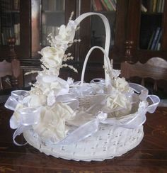 Bautizo ideas on pinterest baptisms christening dresses - Canastas de mimbre decoradas ...