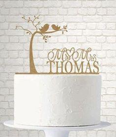 Gâteau de mariage surmonté d'une décoration en deux dimensions