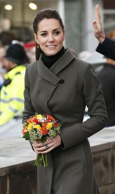 Kate Middleton Photos - Catherine, Duchess of Cambridge carries a bunch of flowers from as she leaves after visiting a GISDA centre during a visit to Caernarfon on November 2015 in Wales. - The Duke and Duchess of Cambridge Visit North Wales Estilo Kate Middleton, Kate Middleton Photos, Kate Middleton Style, Prince William Et Kate, William Kate, Duchesse Kate, Fit And Flare Coat, Princesse Kate Middleton, Princess Charlotte